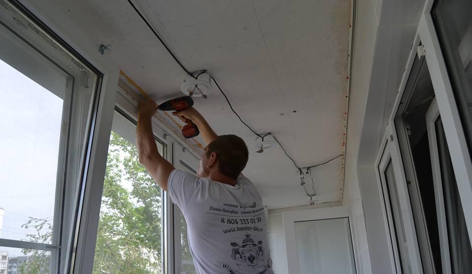 Натяжной потолок на балконе: можно ли сделать, плюсы и минус.